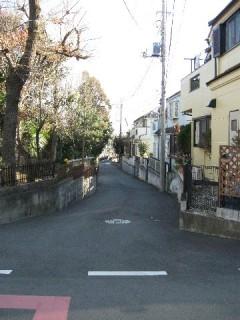 西武線の線路をこえた先の鎌倉街道