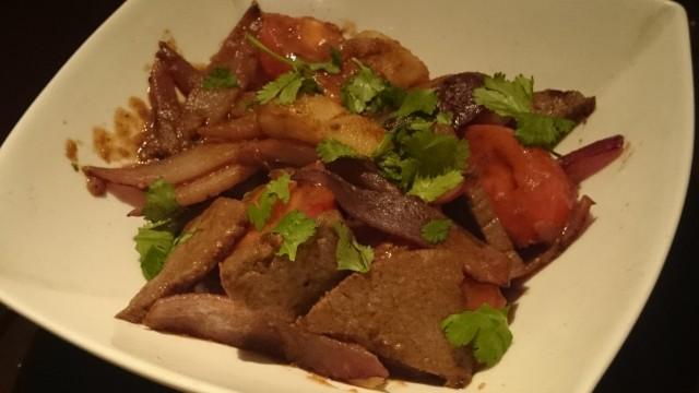 牛肉と野菜の炒め物「ロモサルタード」